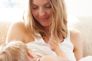 Можно ли кормящей маме красить волосы
