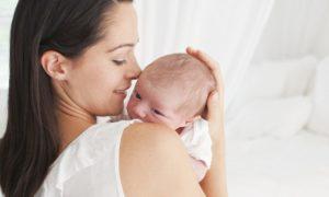 До какого возраста ребенка держать столбиком после кормления
