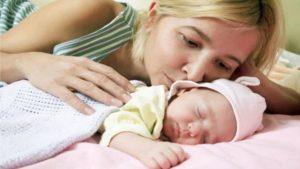 Нужно ли будить грудного ребенка для кормления