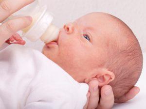 Новорожденный ребенок срыгивает после кормления грудным молоком