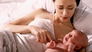 При кормлении ребенок выгибается и плачет