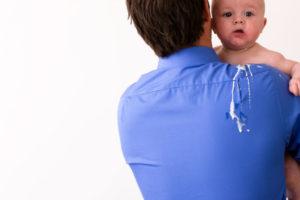 После кормления ребенок икает и срыгивает