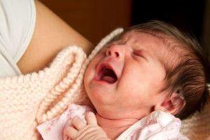 После кормления ребенок извивается и плачет