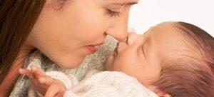 Во время кормления у ребенка потеет голова