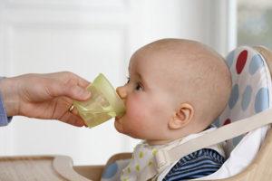 Нужно ли давать воду новорожденному при искусственном вскармливании