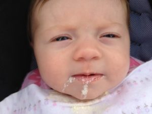 Ребенок новорожденный срыгивает фонтаном после кормления