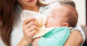 Почему во время кормления ребенок давится