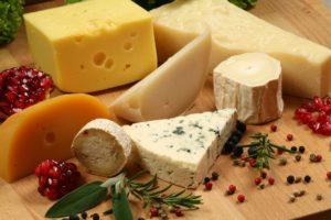 Можно ли кормящей маме сыр
