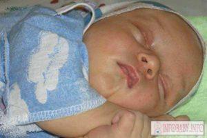 После кормления ребенок извивается и кряхтит