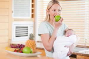 Можно ли творог кормящей маме в первый месяц малыша