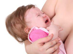 Почему после кормления грудным молоком ребенок плачет